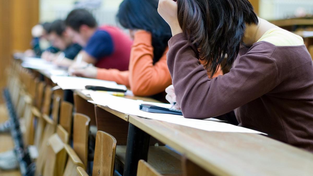 Alumnos en exámenes de oposiciones, imagen de archivo