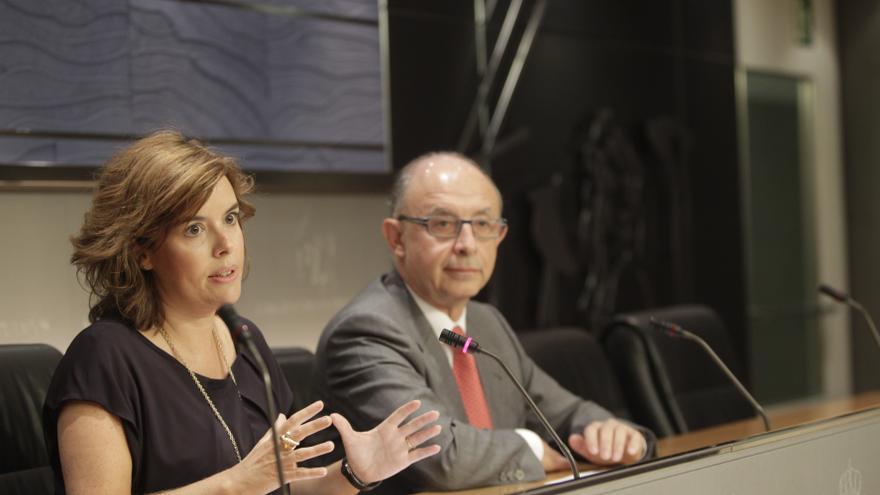 Soraya Sáenz de Santamaría y Cristobal Montoro en una rueda de prensa tras la reunión del Consejo de Ministros