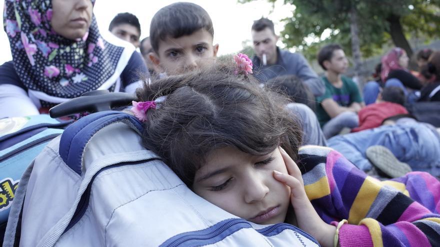Una menor refugiada descansa durante una protesta de cientos de sirios en la la terminal de bus estambulita de Esenler el pasado 15 de septiembre contra el bloqueo al paso de refugiados por tierra | Lluís Miquel Hurtado