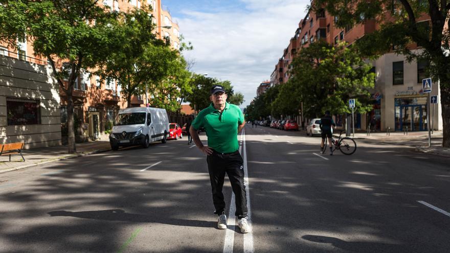 Luis, de 63 años, camina a paso ligero en el Paseo Imperial