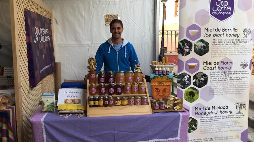 El apicultor en un puesto de promoción de sus mieles y productos naturales.