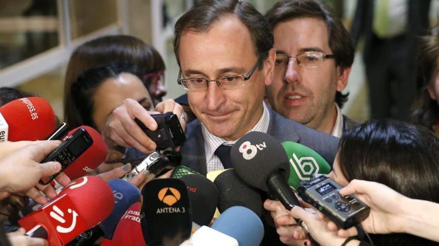 Alonso valora la coherencia de Lasquetty al dimitir como consejero de Sanidad