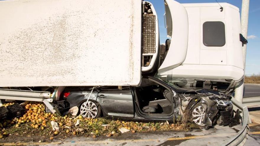 Un camión con 17.000 kilos de peras vuelca sobre un coche sin causar heridos