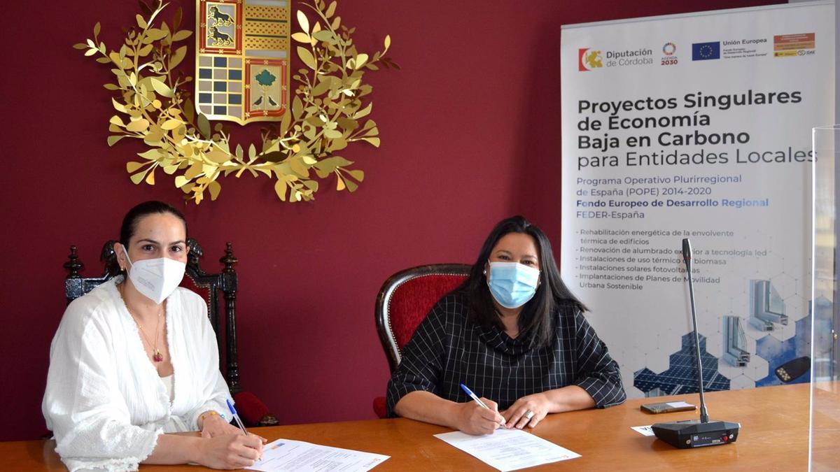 La delegada de Asistencia Económica a los Municipios y Mancomunidades de la Diputación de Córdoba, Dolores Amo (dcha.), junto a la alcaldesa de El Carpio, Desirée Benavides.
