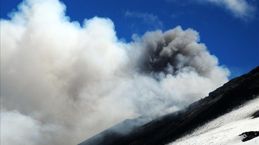 Evacúan a mas de 2.200 personas ante el riesgo de erupción de un volcán en Chile