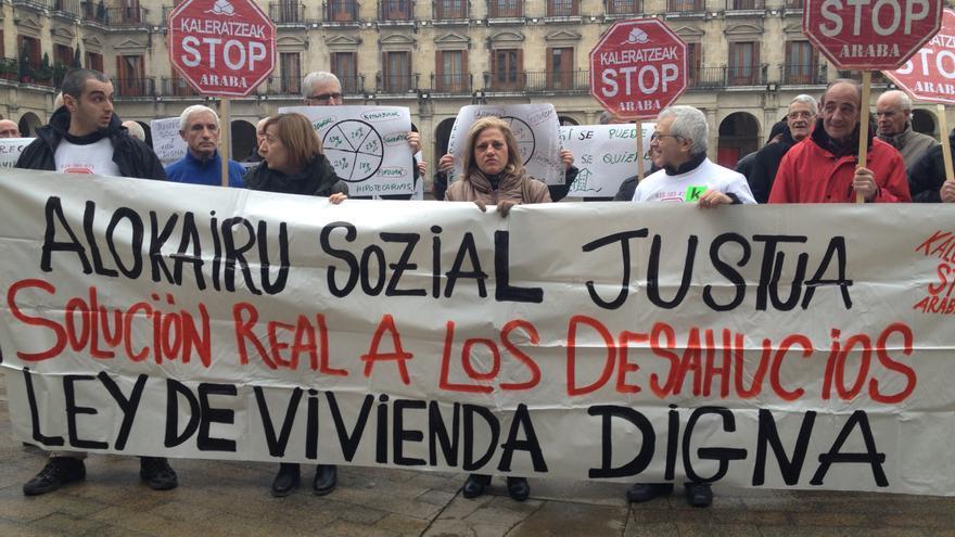 Concentrados de la plataforma frente al Ayuntamiento de Vitoria.