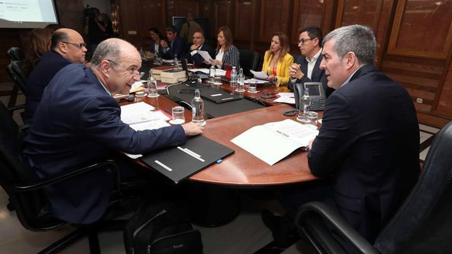 El presidente del Gobierno de Canarias, Fernando Clavijo (d), y el consejero de Economía, Pedro Ortega (i), durante una reunión del consejo de gobierno,