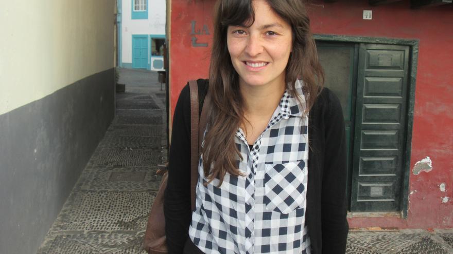 La bloguera Irene Somoza este viernes en la Avenida Marítima de la capital. Foto: LUZ RODRÍGUEZ.
