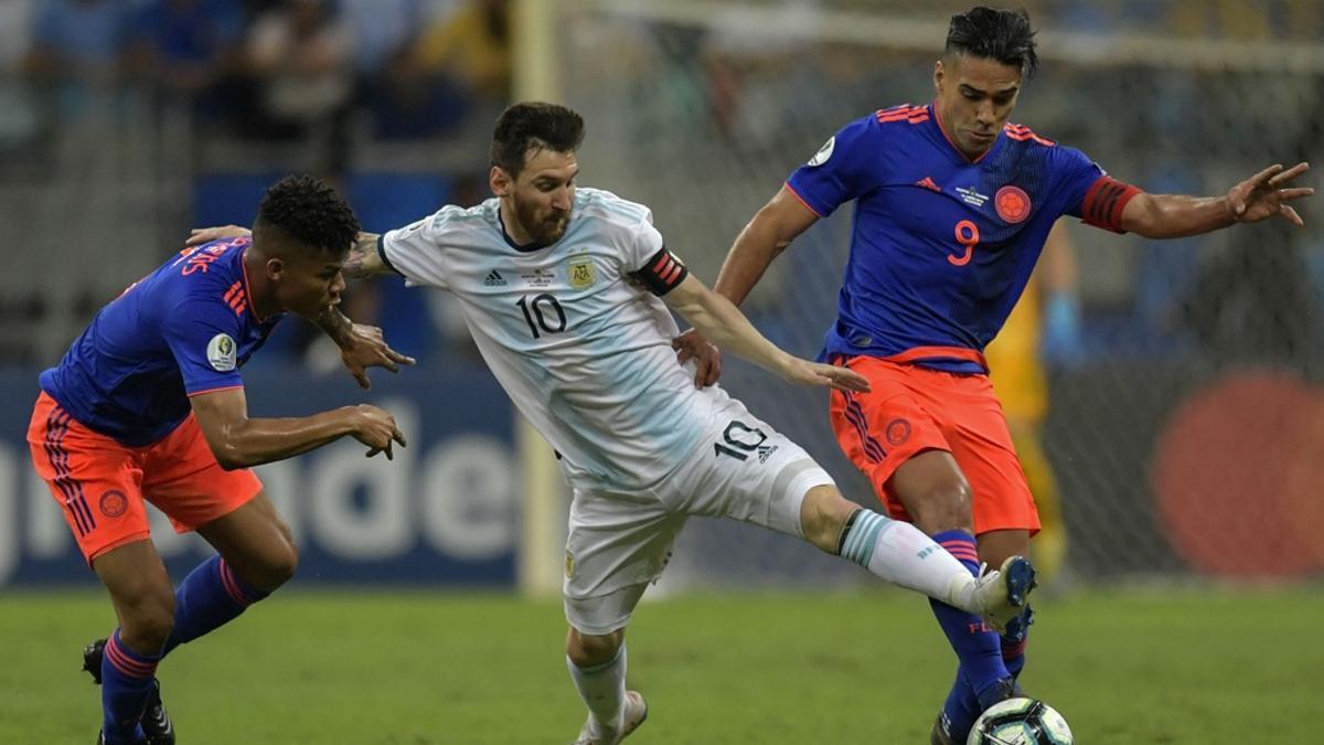 La Copa América de fútbol debe jugarse entre el 13 de junio y el 10 de julio en la Argentina y en Colombia.