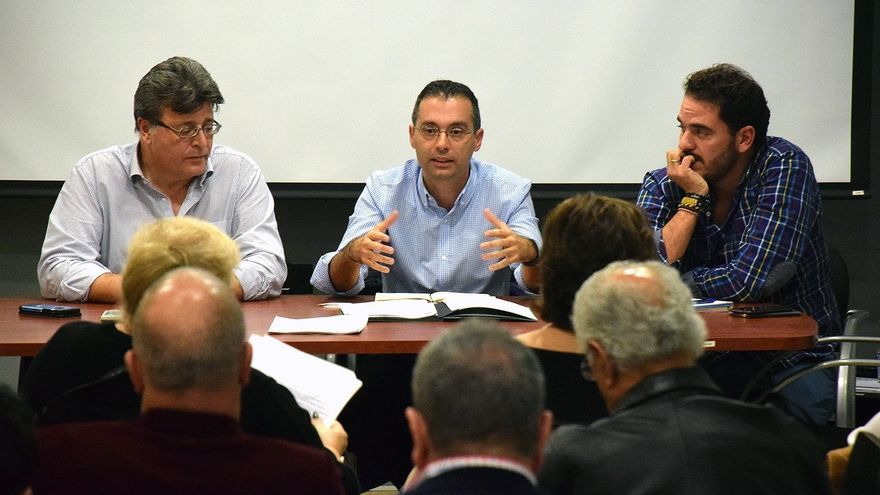 Carlos Tarife, en el centro de la imagen, en el encuentro con los vecinos de este lunes