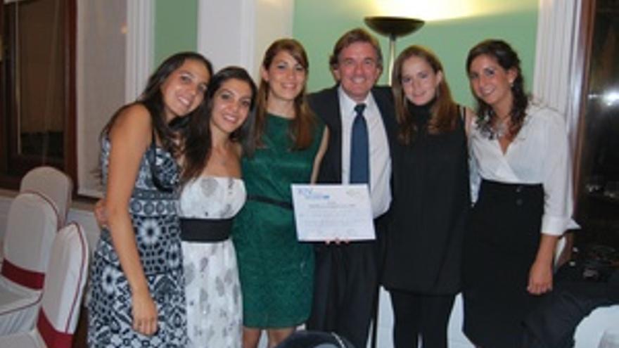 Las cinco estudiantes canarias, junto al doctor Manuel Sosa Henríquez. (CANARIAS AHORA)