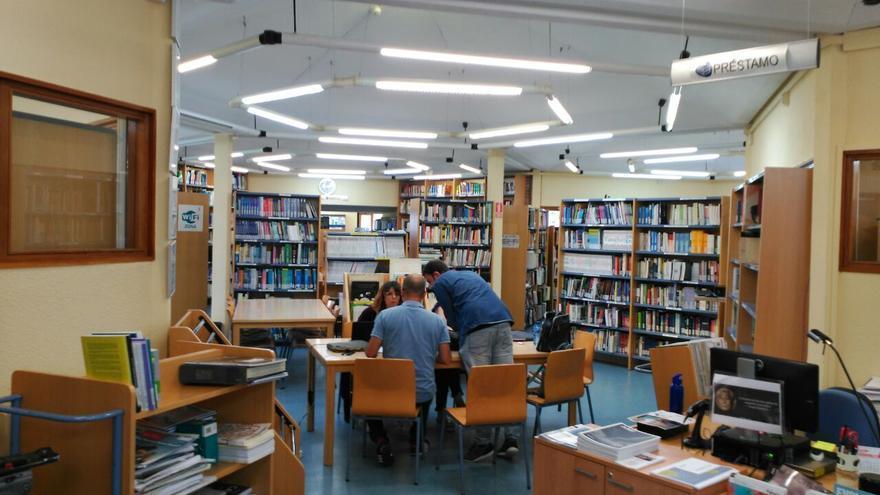 Varios periodistas consultan la tesis de Pedro Sánchez en la biblioteca de la Universidad Camilo José Cela.