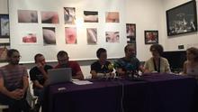 Miembros del colectivo Forn de Barraca con las fotos de las contusiones detrás