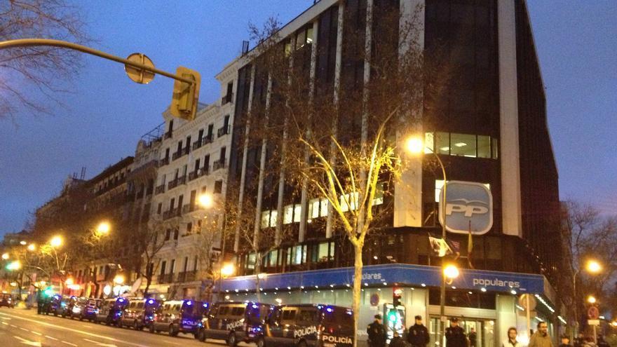 La policía rodea la sede del PP en la madrileña calle de Génova. / Álvaro Minguito