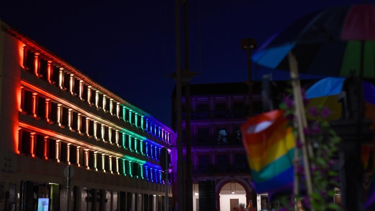 Iluminación de la fachada de UCOCultura con motivo del Día del Orgullo LGTBI.