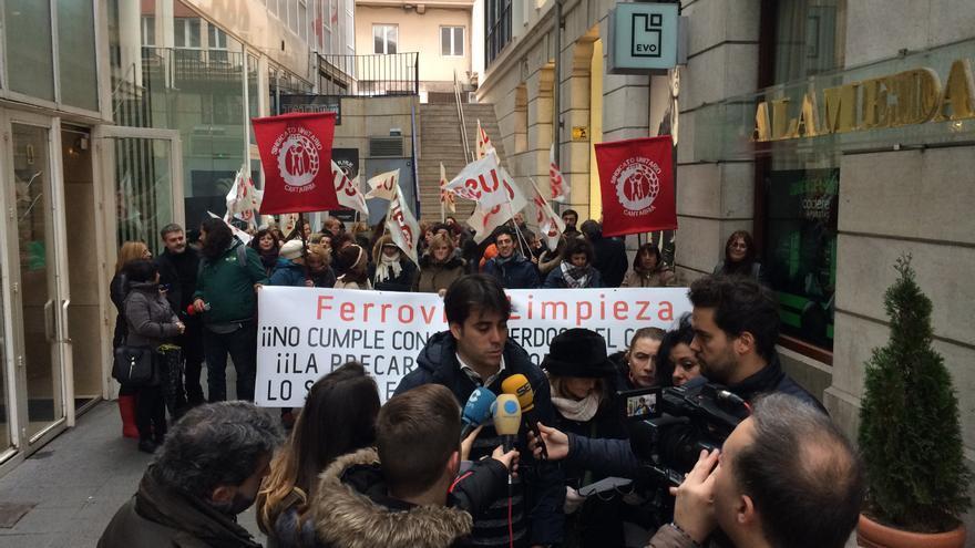 Protesta de los trabajadores de la limpieza de Ferrovial en Valdecilla.