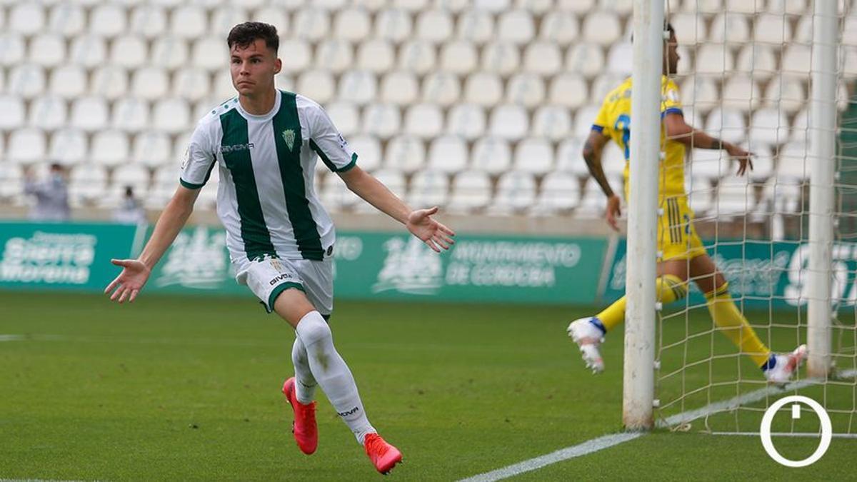 Luismi Redondo celebra un gol en El Arcángel