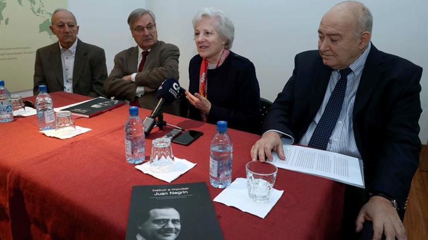 En el centro, el presidente de la fundación, José Medina, y, a su izquierda, la presidenta de honor, Carmen Negrín, durante la presentación del libro 'instruir e impulsar'.