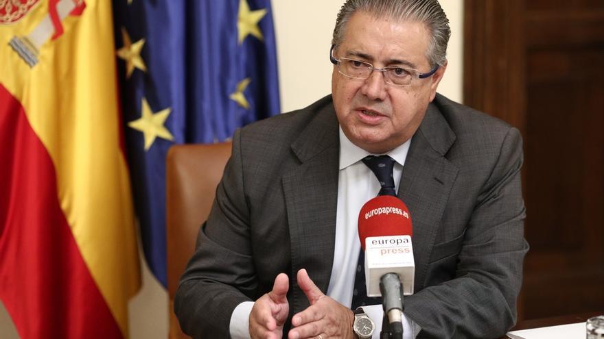 """Zoido avisa a Puigdemont de que """"no se saldrá con la suya"""": """"La inhabilitación se comunica y se cumple"""""""