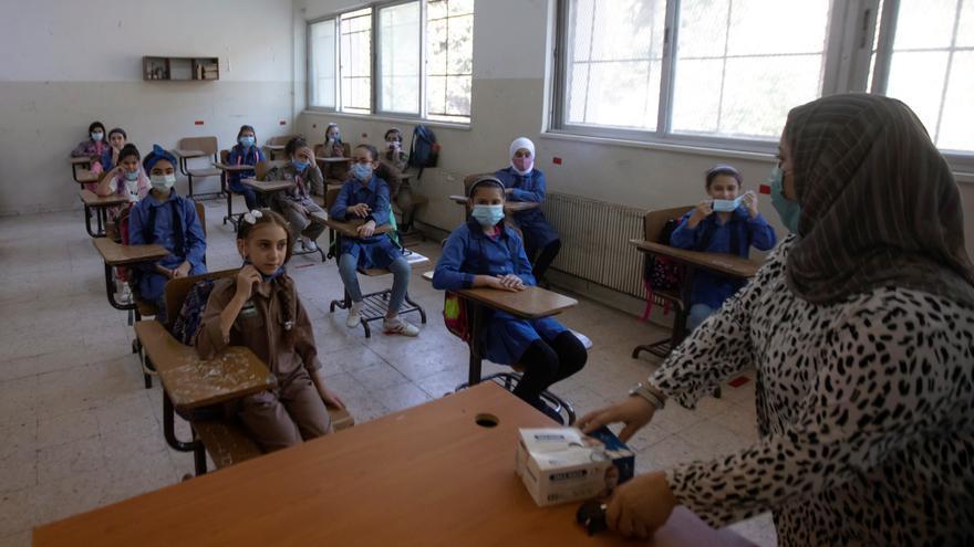 Dos millones de niños vuelven al cole con mascarilla tras 5 meses en Jordania