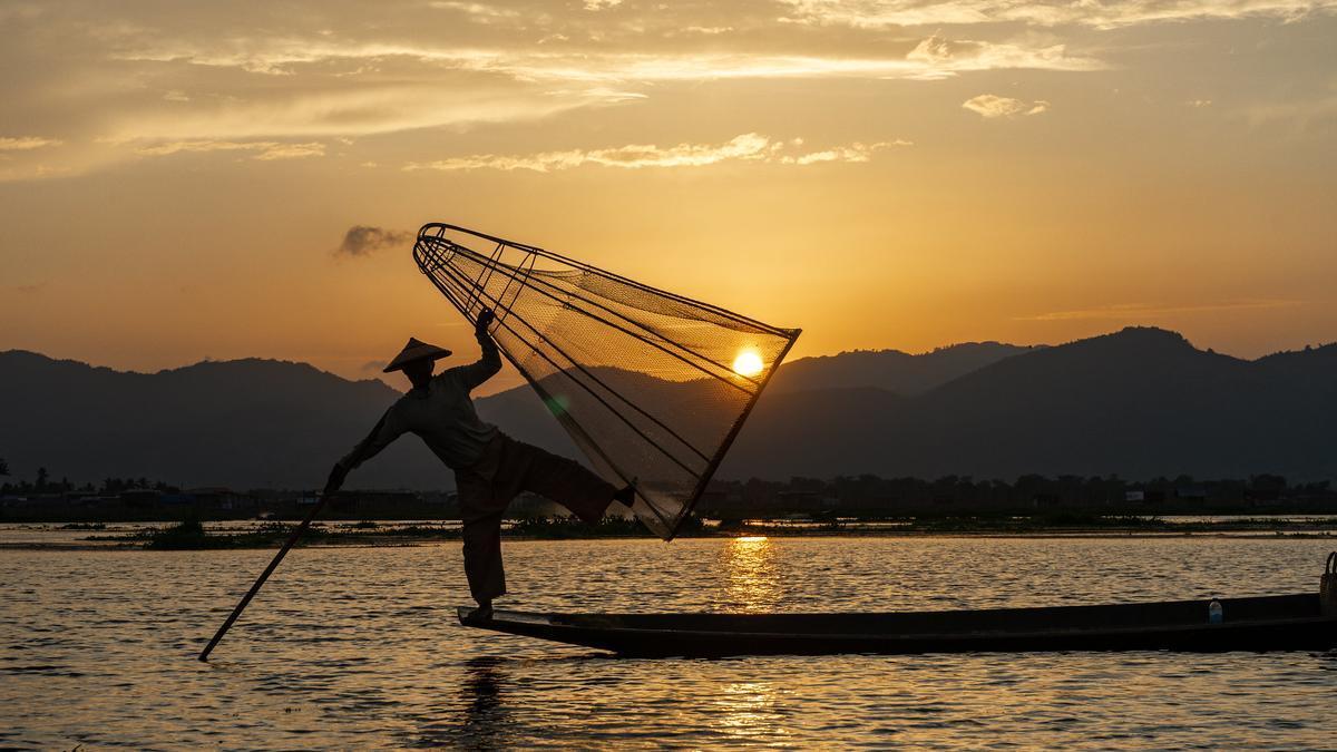 Un pescador Intha demuestra sus habilidades.