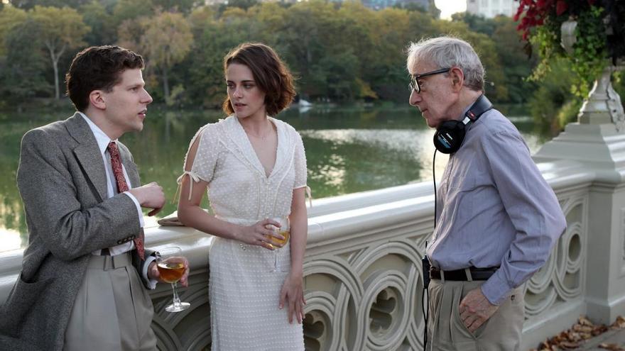 Jesse Eisenberg y Kristen Stewart junto con Woody Allen