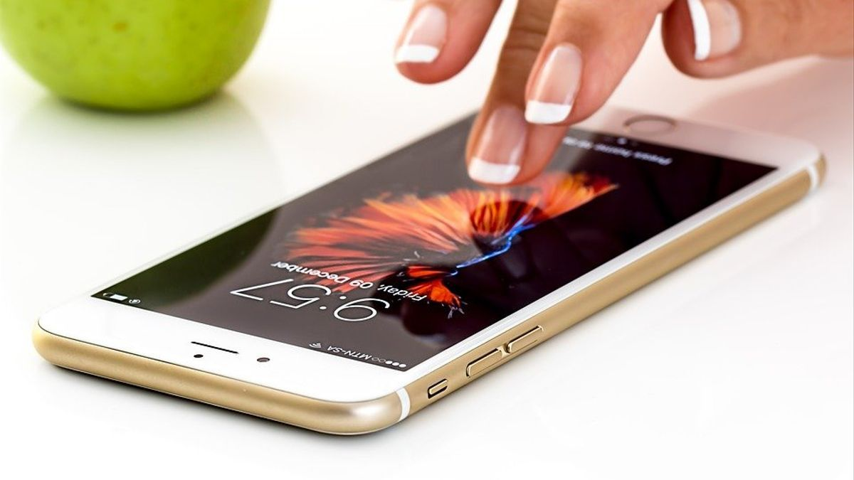 Una mujer se conecta a internet desde su móvil