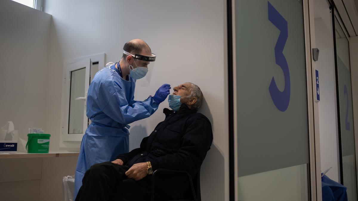 Un hombre se somete a una prueba PCR en el edificio Garbí-Vall de Hebrón, en Barcelona, Catalunya (España).