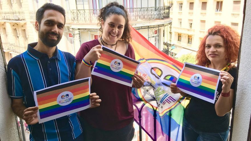 Activistas de Kifkif portan la bandera creada en Filadelfia.