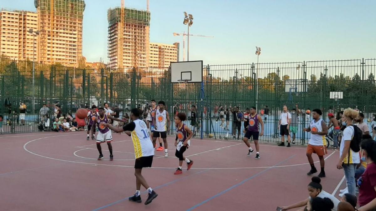 Partido de baloncesto con las torres skyline creciendo al fondo