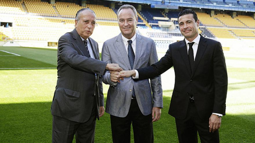 Alberto Fabra, Fernando Roig y Amadeo Salvo en el estadio de El Madrigal.