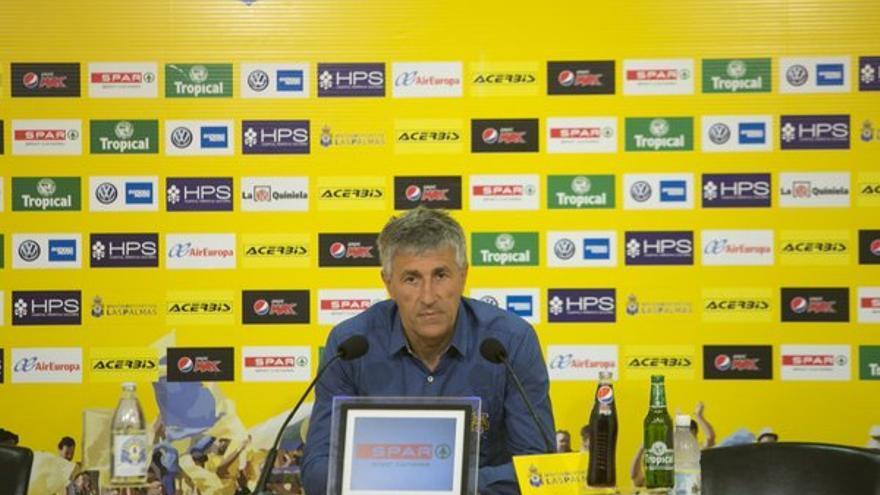 El entrenador de la UD Las Palmas, Quique Setién, en la rueda de prensa previa al partido frente al Valencia en Mestalla. (Twitter oficial UD Las Palmas).