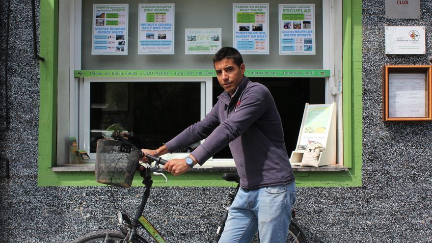 Jaume Dasí, uno de los responsables de Visit Albufera, frente a sus oficinas en el pueblo de El Saler. Autor: Jordi Castro