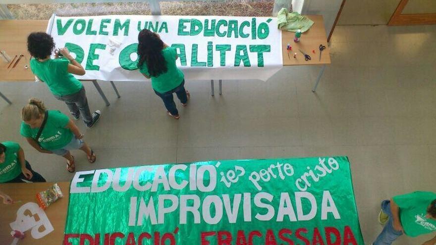 Pintando carteles en el IES Porto Cristo de Mallorca.