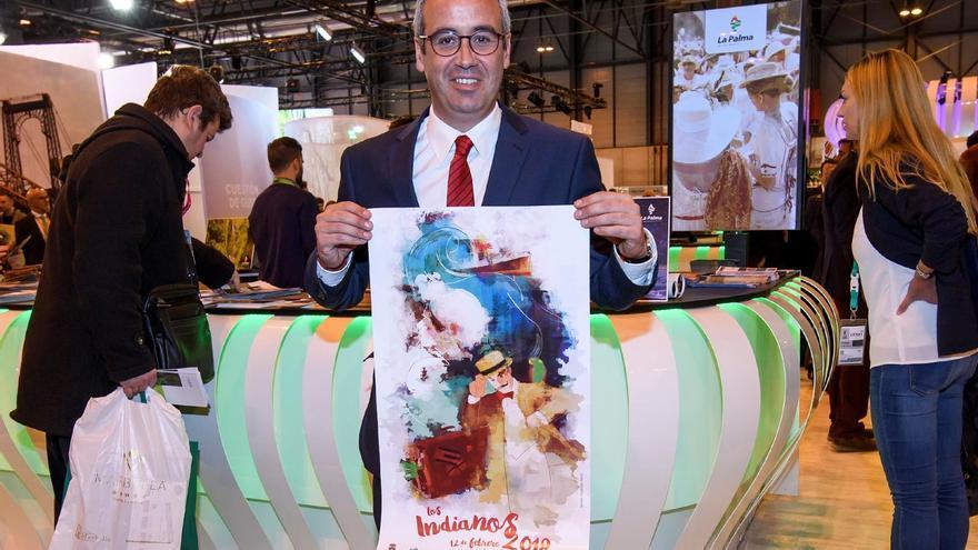 Sergio Matos con el cartel de Los Indianos en Fitur.