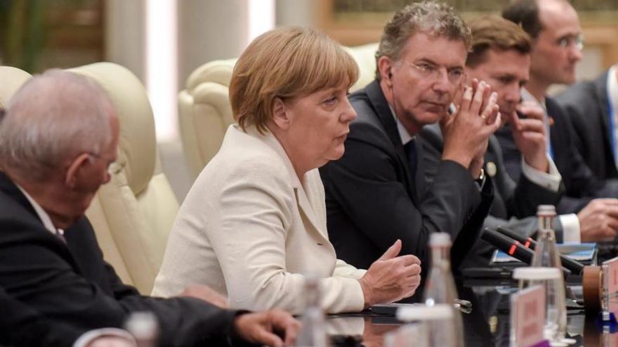 Merkel pide confianza en su política de refugiados, pese al avance del populismo