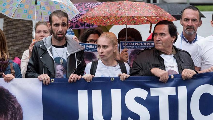 Ithaisa Suárez (c), madre de Yeremi Vargas, el niño que desapareció hace 10 años en Vecindario, durante la concentración.