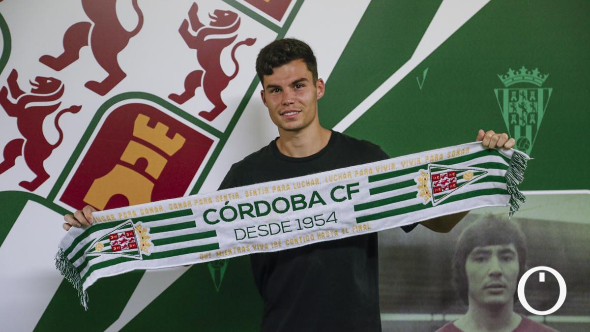 Luismi Redondo posa con la bufanda del Córdoba