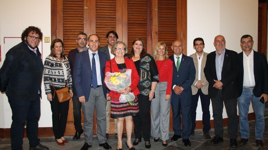 En la imagen, Milagros Sicilia junto a los miembros de la Corporación.