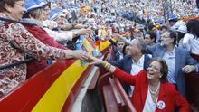 La exalcaldesa de Valencia, Rita Barberá, junto a Mariano Rajoy y Alberto Fabra en el coso valenciano / @AlbertoFabra