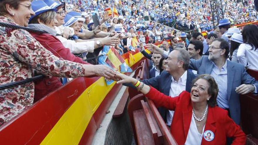 La alcaldesa de Valencia, Rita Barberá, junto a Mariano Rajoy y Alberto Fabra en el coso valenciano / @AlbertoFabra