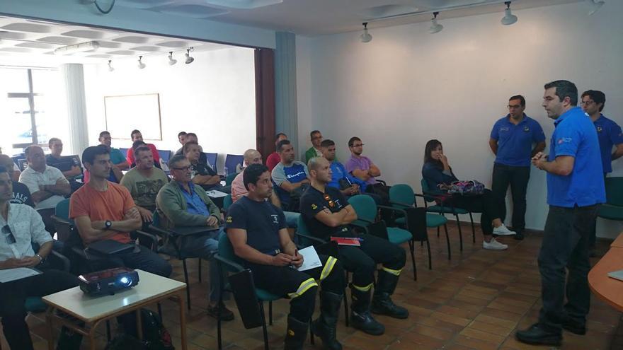 En en la imagen, participantes en el curso sobre el uso de desfibriladores que se lleva a cabo en la Casa de la Cultura 'Braulio Martín' de El Paso.