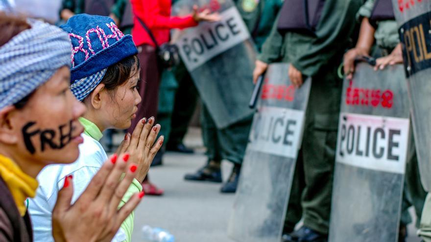 Activistas rezando en frente de la policía en Phnom Penh, en noviembre de 2013. / cc LICADHO (Amnistía Internacional).