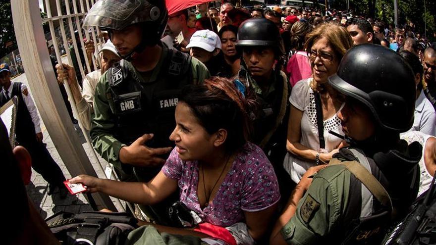 """Venezolanos hacen colas kilométricas tras la orden de vender a """"precios justos"""""""