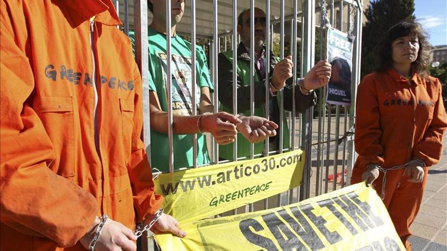 Activistas de Greenpeace se concentran en gasolineras de Shell en Reino Unido