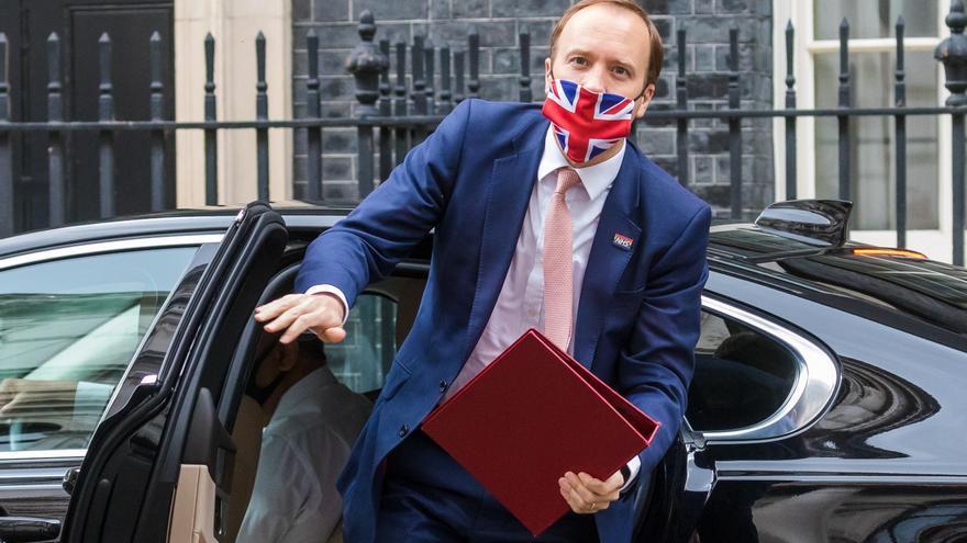 Dimite el ministro de Sanidad británico tras romper normas contra la pandemia