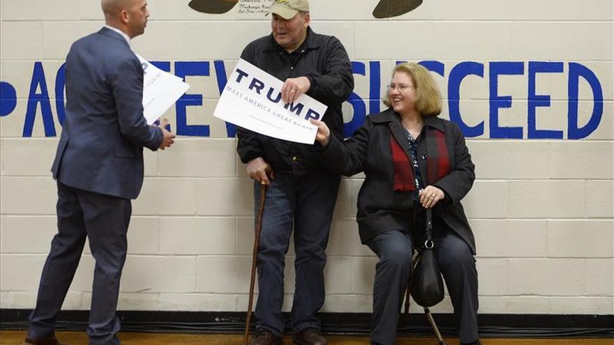 """Trump critica a Bill Clinton por su """"terrible historial de abuso de mujeres"""""""