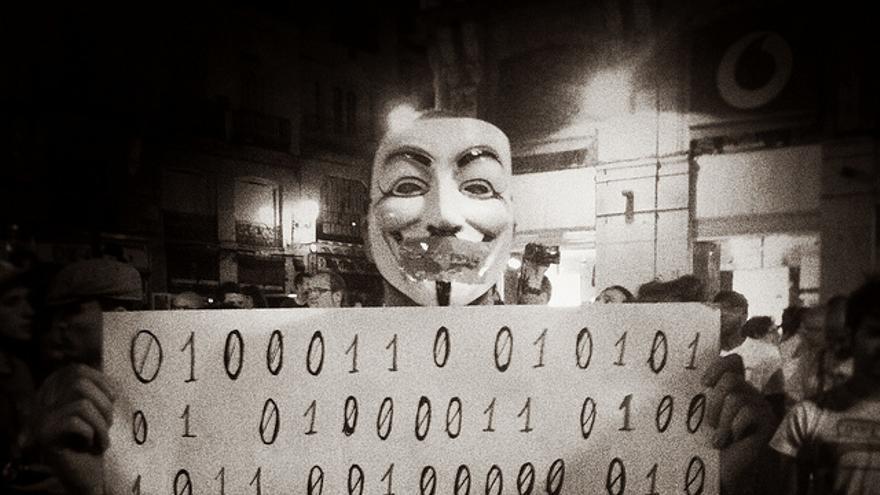 Pancarta anonymous en código binario (Juan Luis Sánchez)
