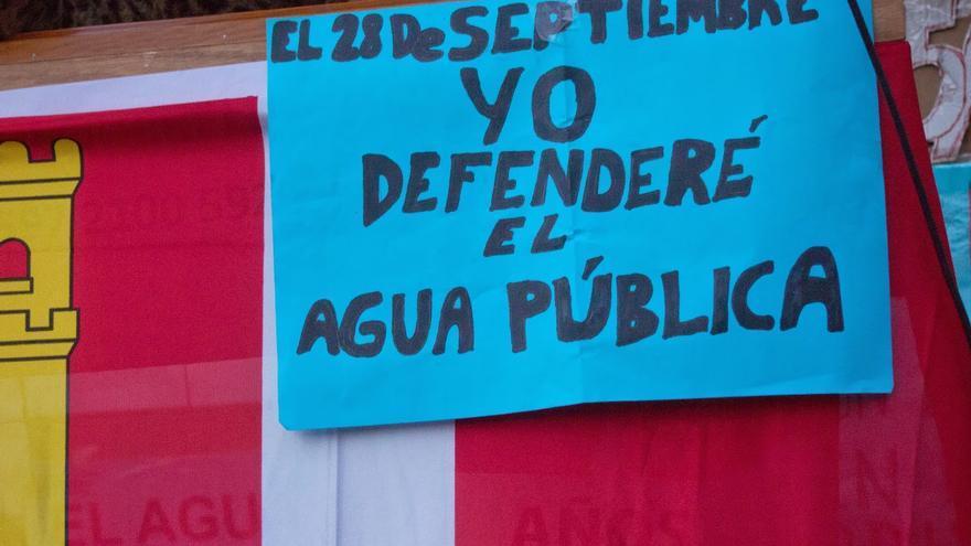 Cartel contra la privatización del agua en Alcázar de San Juan (Ciudad Real).