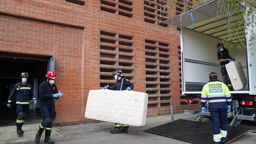 Bomberos de Barcelona llevan camas al pabellón Vall d'Hebron para derivar pacientes leves